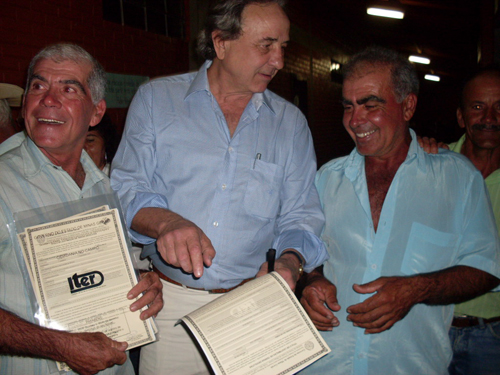 Secretário Manoel Costa distribui títulos de propriedade para ex-posseiros - Foto cedida pelo ITER/SEARA
