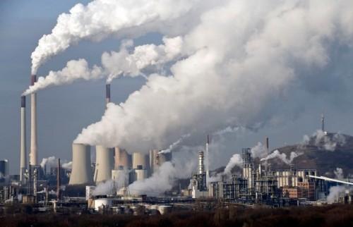 Usina a carvão lança fumaça na atmosfera na Alemanha, em foto de 2009. Novo relatório do IPCC deverá guiar reunião para reduzir emissão de CO2 (Foto: Martin Meissner/AP)